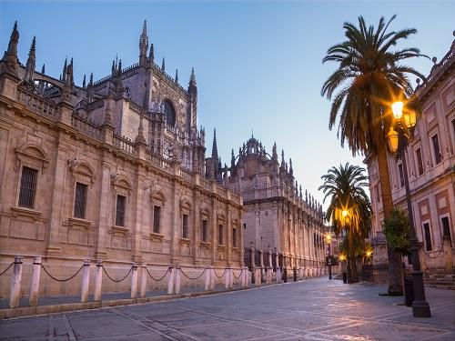 Fachada de la Catedral de Sevilla al atardecer